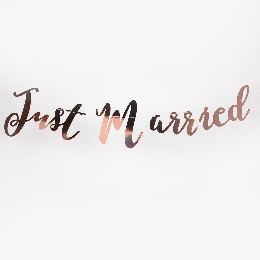 Une guirlande or rose mariage Just Married pour déclarer son amour.