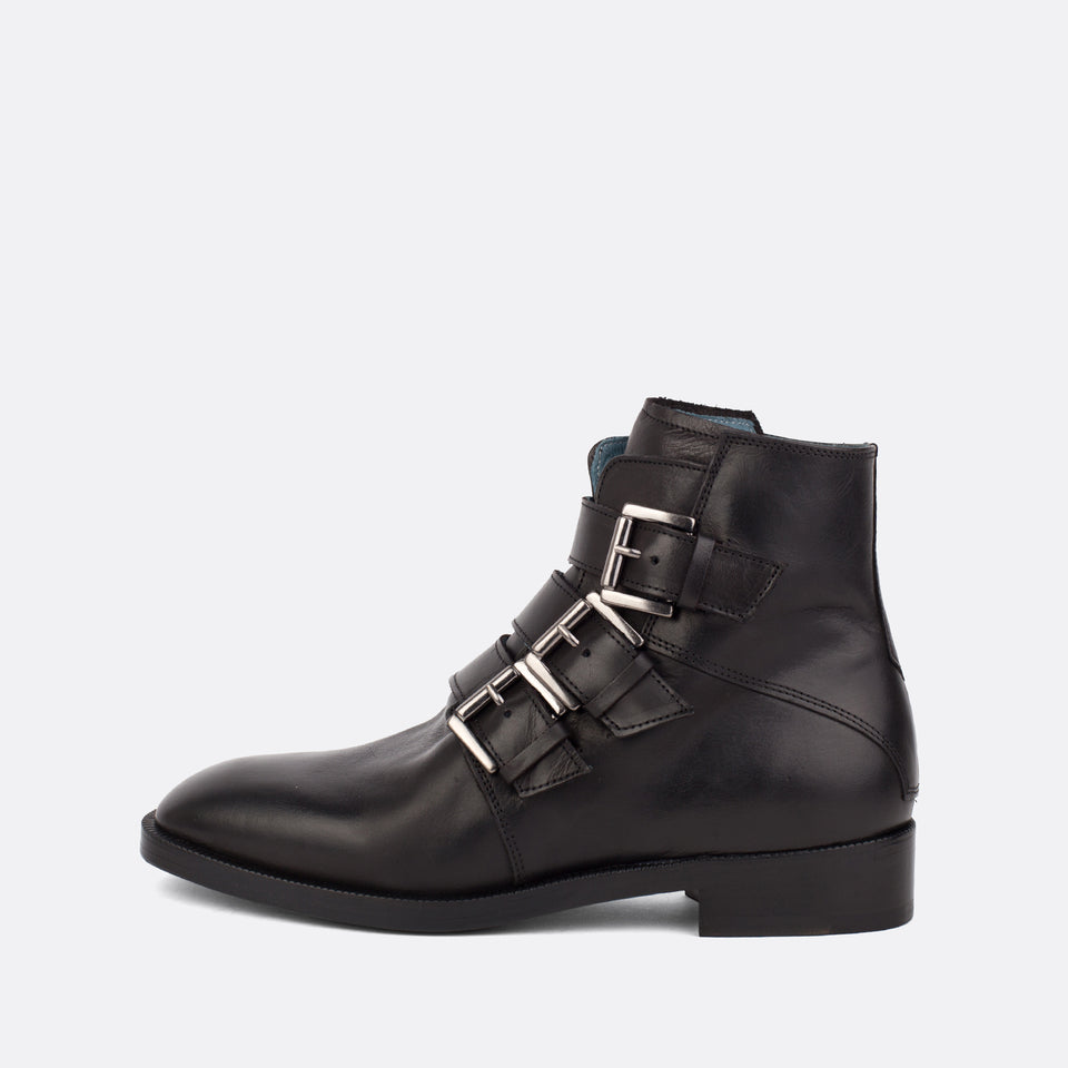 Women's black leather flat ankle boots with three straps and silver buckles. Made in Portugal. Free shipping over 200€ to selected European countries.