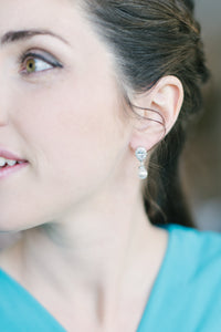 bridesmaid wearing pearl drop earrings
