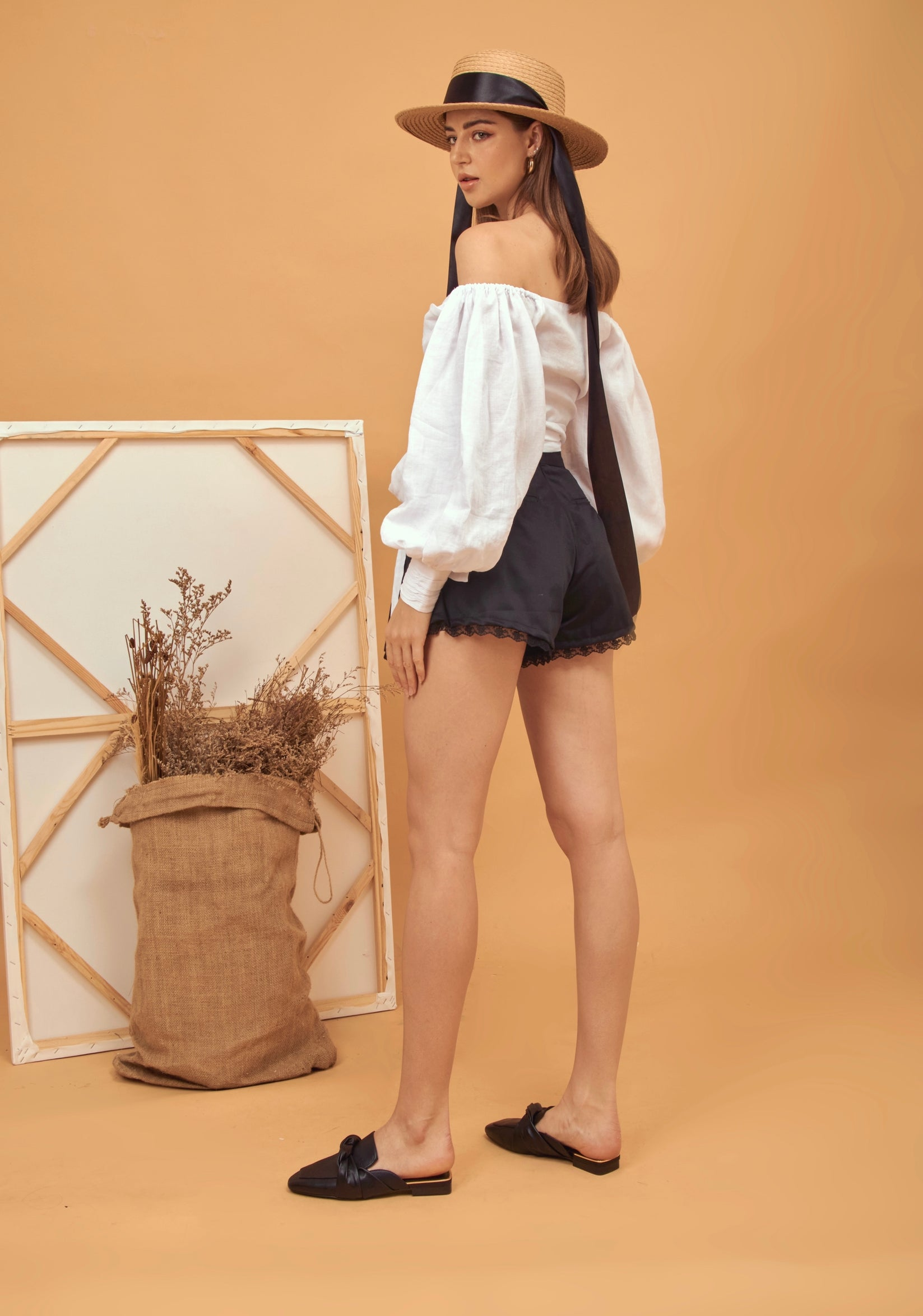 Pleated kaki shorts with lace detail