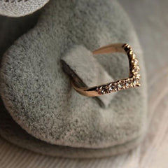 Shopping Mania V-Shaped Mosaic Crystal Ring