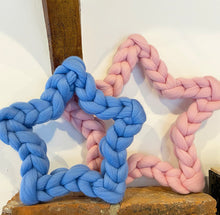 Load image into Gallery viewer, Merino Chunky Knit Star Wreath - No Needles Needed Chunky Knits
