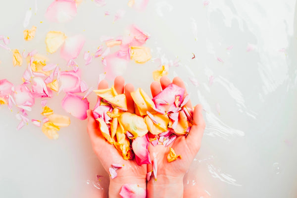 Moisturizing bath with flowers
