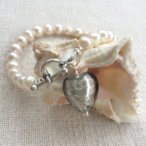 Bracelet with grey (it. grigio) Murano glass small heart charm on white freshwater pearls
