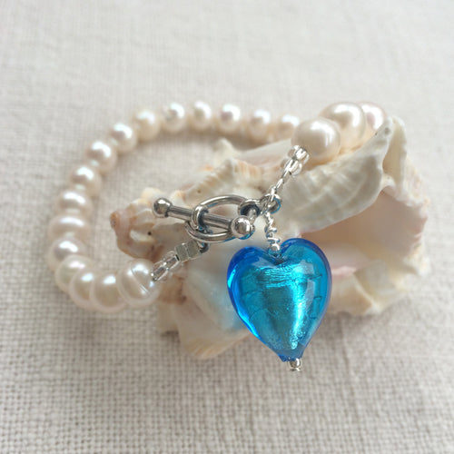 Bracelet with turquoise (blue) Murano glass small heart charm on white freshwater pearls