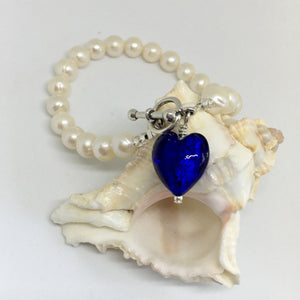 Bracelet with dark blue (cobalt) Murano glass small heart charm on white freshwater pearls