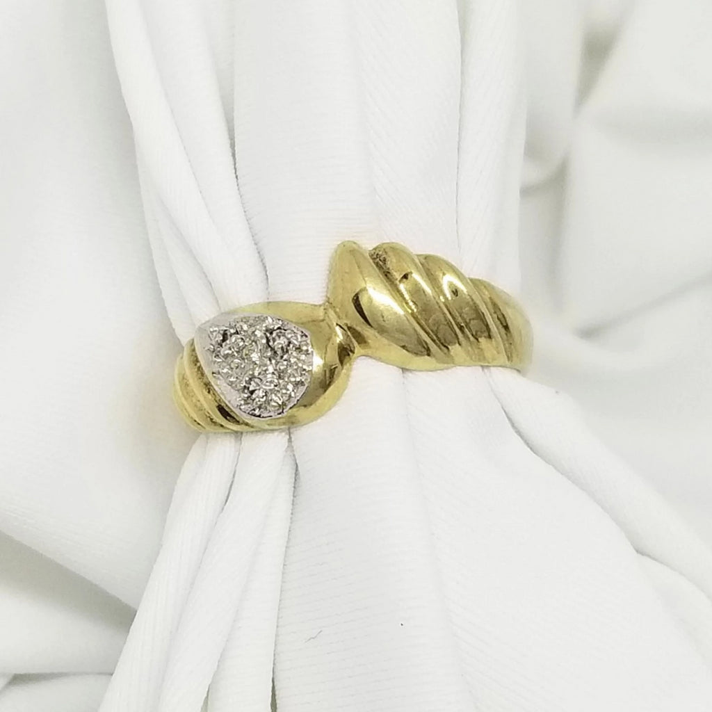 9kt Yellow Gold Ring with Grooves and Diamonds