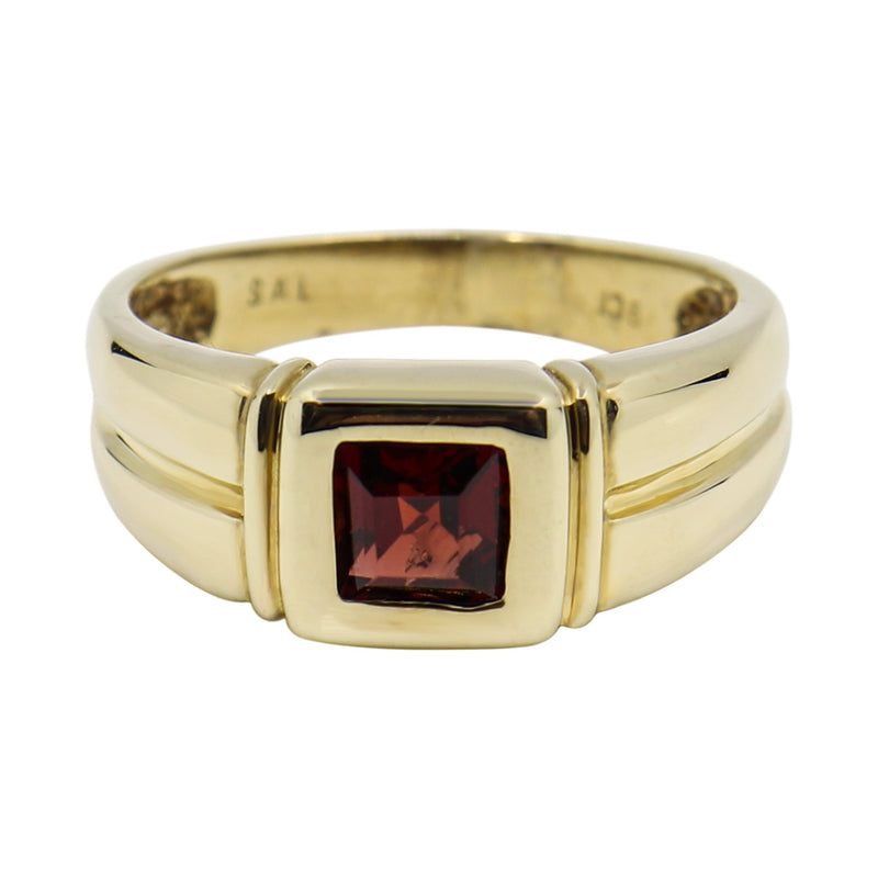 9 kt Yellow Gold and Garnet Dress Ring