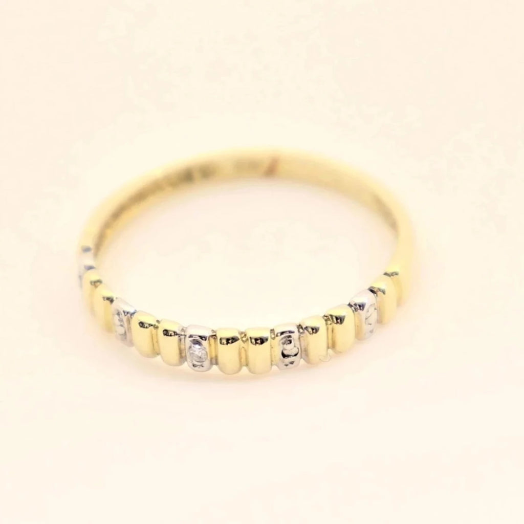 9 kt Yellow Gold Groove Ring Set With a little Diamond