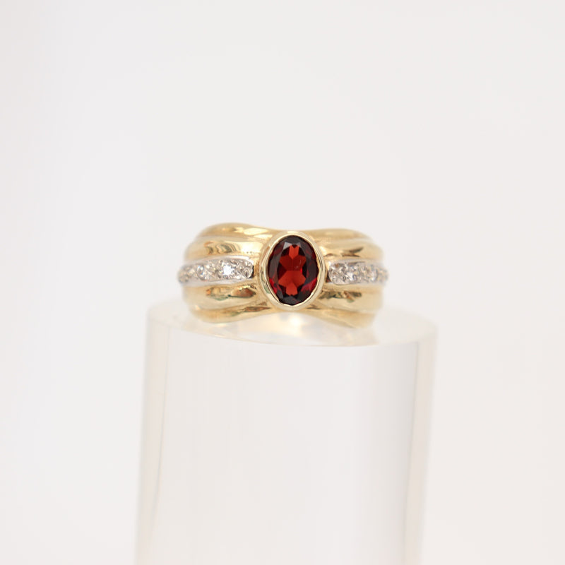 9 kt Yellow Gold Oval Garnet Ring - at Cape Diamond Exchange