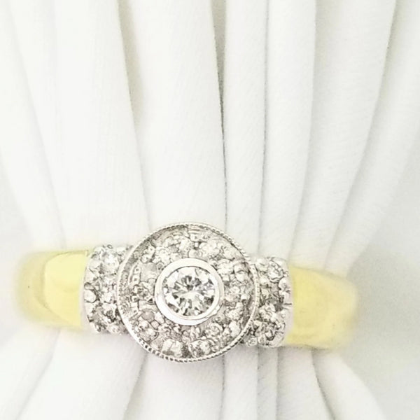 18kt Yellow Gold Ring with a Diamond in the Middle and Around