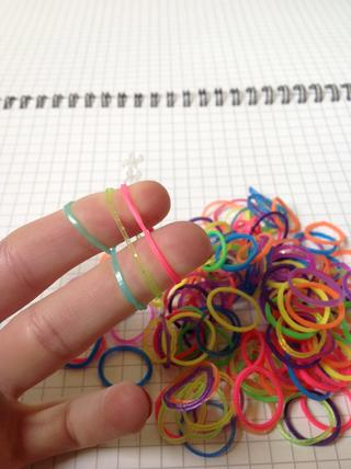 loom bands on fingers