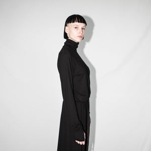 woman turtleneck with thumbole black