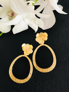 Light gold tone oval shaped stud abstract earring