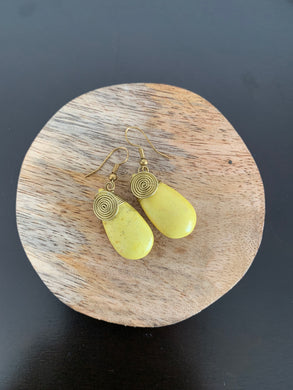 Crackle stone pastel yellow earrings with spiral design