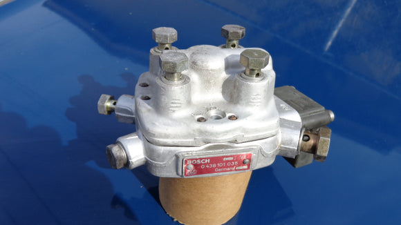 Audi Pre owned Fuel Distributor BOSCH 0438101035