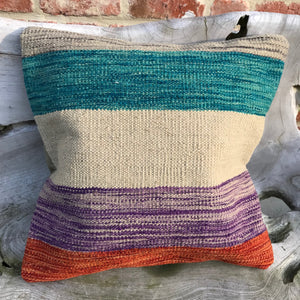 Colorful kilim pillow | Olá Lindeza