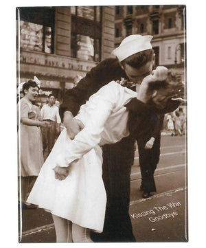 Kissing the War Goodbye Magnet (George Mendonsa and Greta Zimmer Friedman)