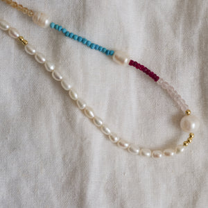 Vesi Necklace | Pearl necklace with natural gemstones in gold plated silver - Preséa