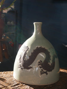 Black Chinese dragon green CELADON vase, bas-relief black dragon