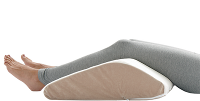 Women's legs resting on the sloped knee lift from a side view