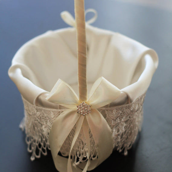 Ivory Flower Basket \ Ivory Lace Wedding Flowed Girl Basket, Wedding Ceremony Basket \ Flower Petals Basket \ Lace Cream Ivory Brooch Basket