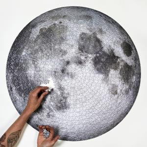 Moon puzzle, 1000 pieces, with 2 arms assembling puzzle