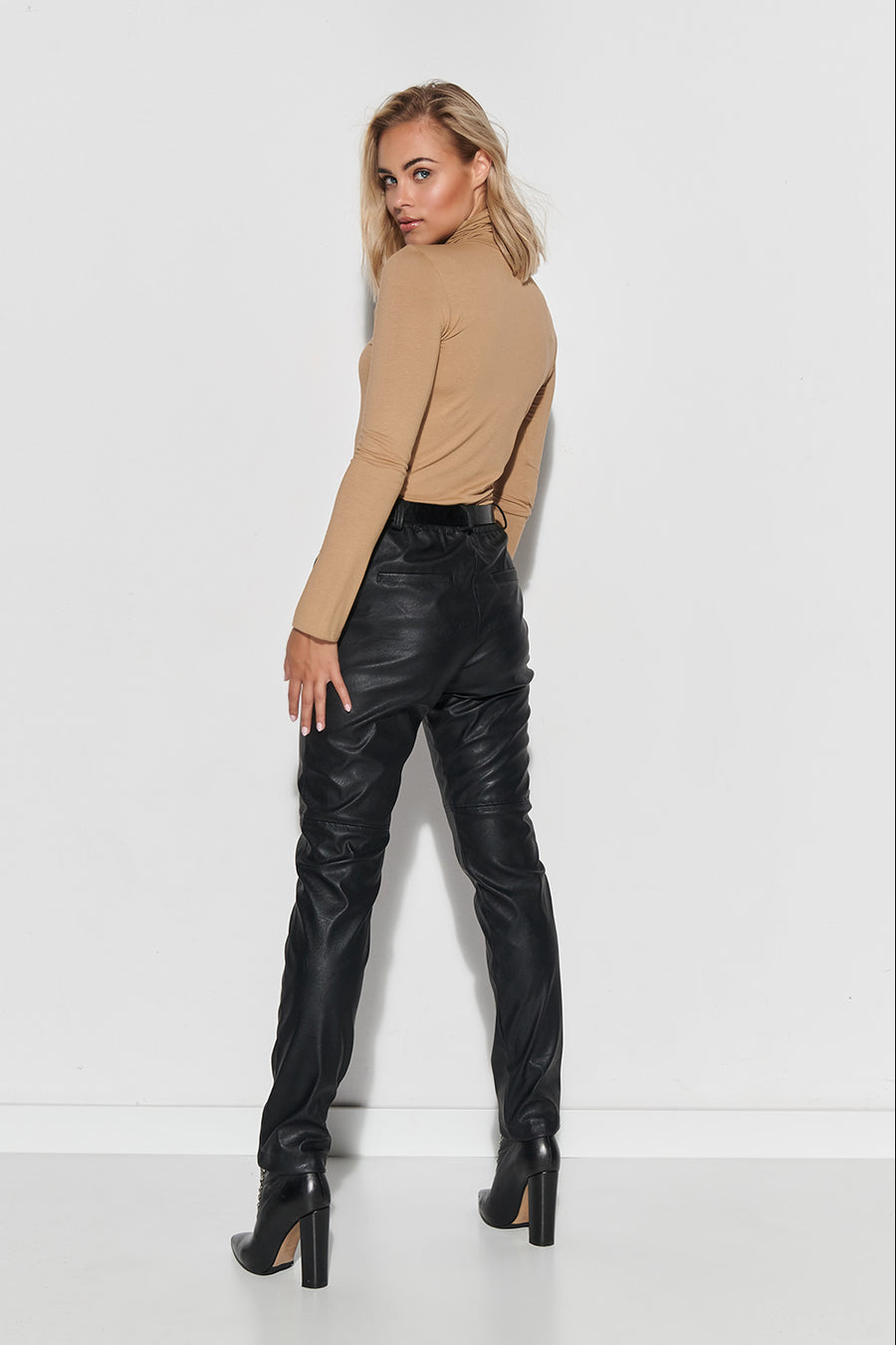 Trousers model 150087 Makadamia