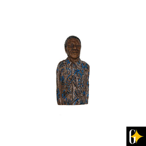 Front view of the magnet depicting Nelson Mandela in blue shirt. Buy this African gift now.