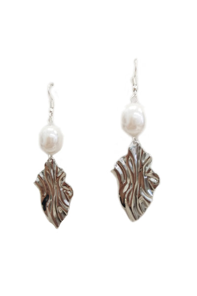 Metal waves and freshwater pearls earrings