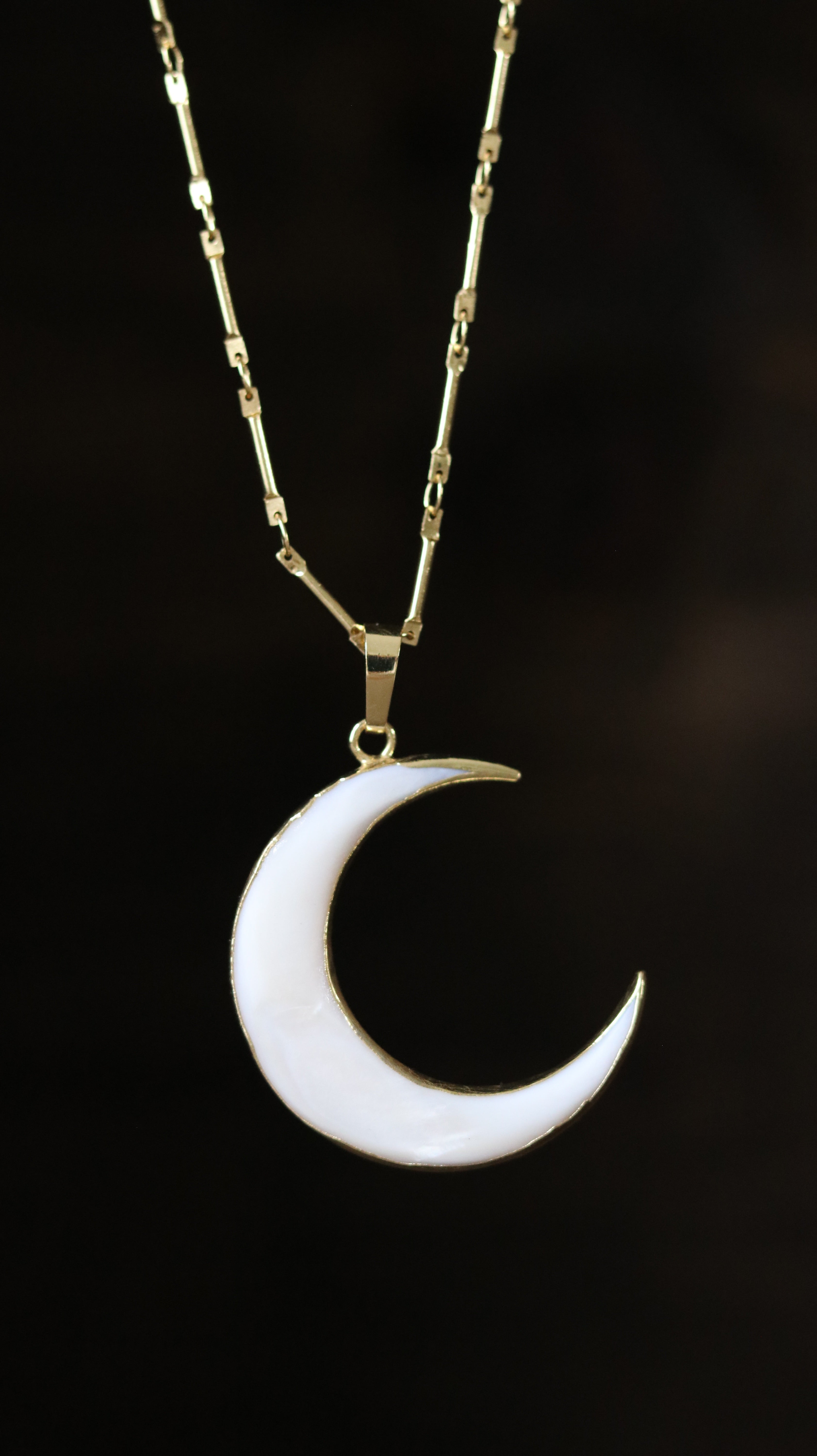 White shell moon shape necklace