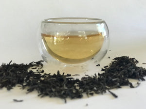 Darjeeling (1st Flush) is known as the 'champagne of teas' because its unique flavour cannot be replicated anywhere in the world. A Chinese tea plant grown in the foothills of the mystical Himalayan ranges (India) with flavours of French grapes. A fragrant & mellow spring tea with sweet vegetal notes & unripe fruity undertones.
