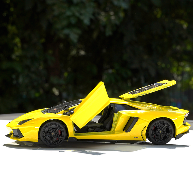 Lamborghini Aventador LP700-4 Diecast car 1:24 Scale (With Opening Parts)