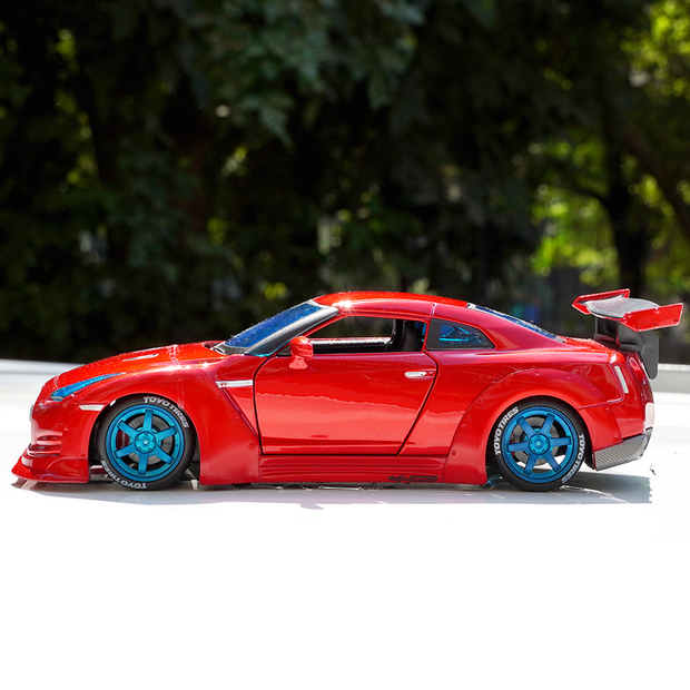 Nissan GT-R 1:24 Scale Diecast Car Model (With Opening Parts)