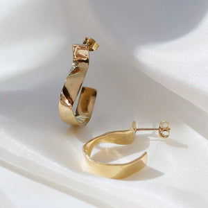 LOKA CURVE HOOP EARRINGS GOLD