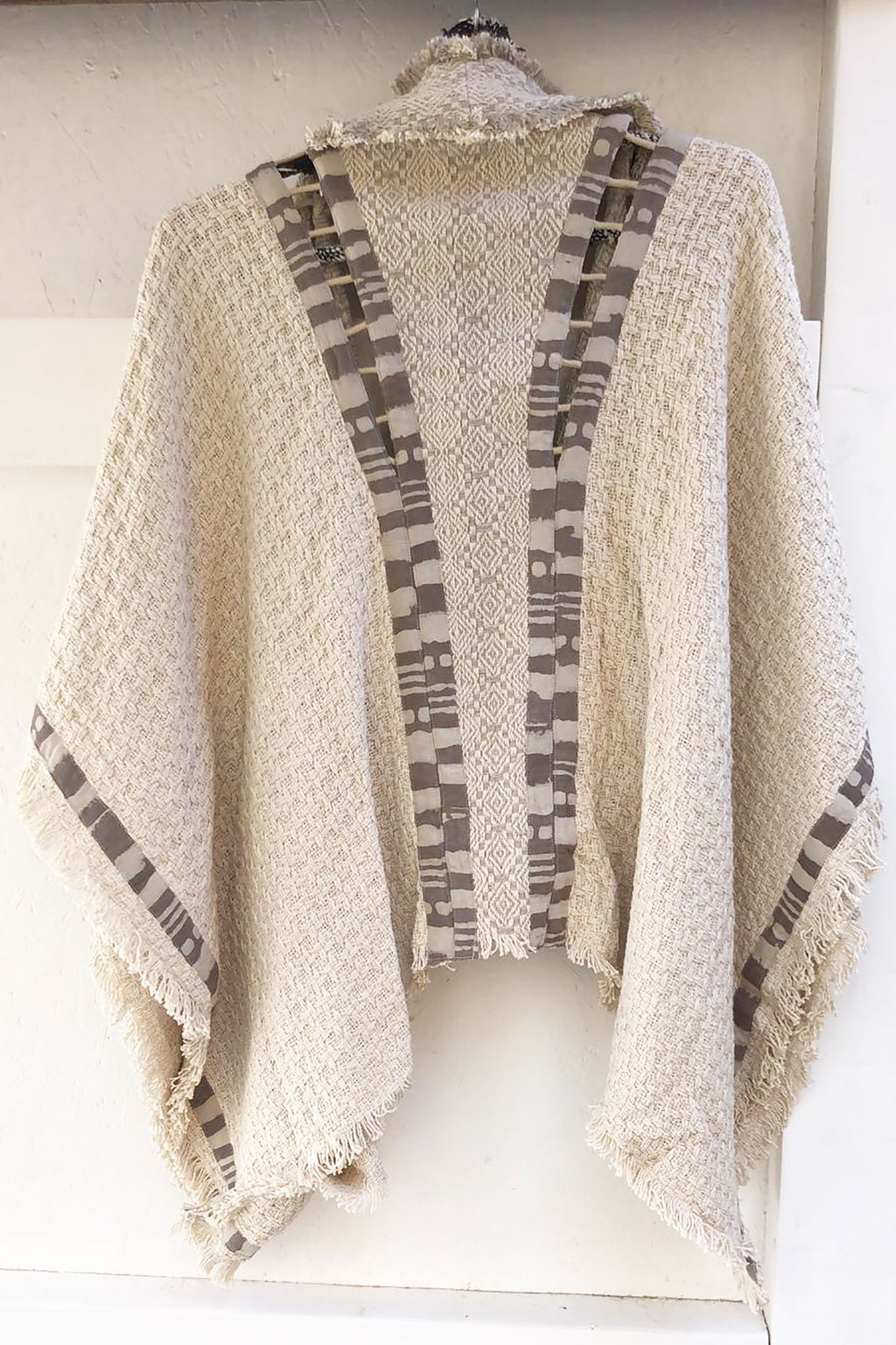 ARROW PONCHO WHITE AND GREY - C