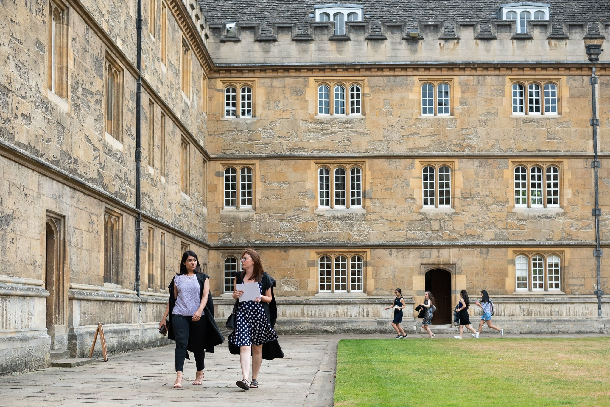 Students walk through a courtyard in Oxford