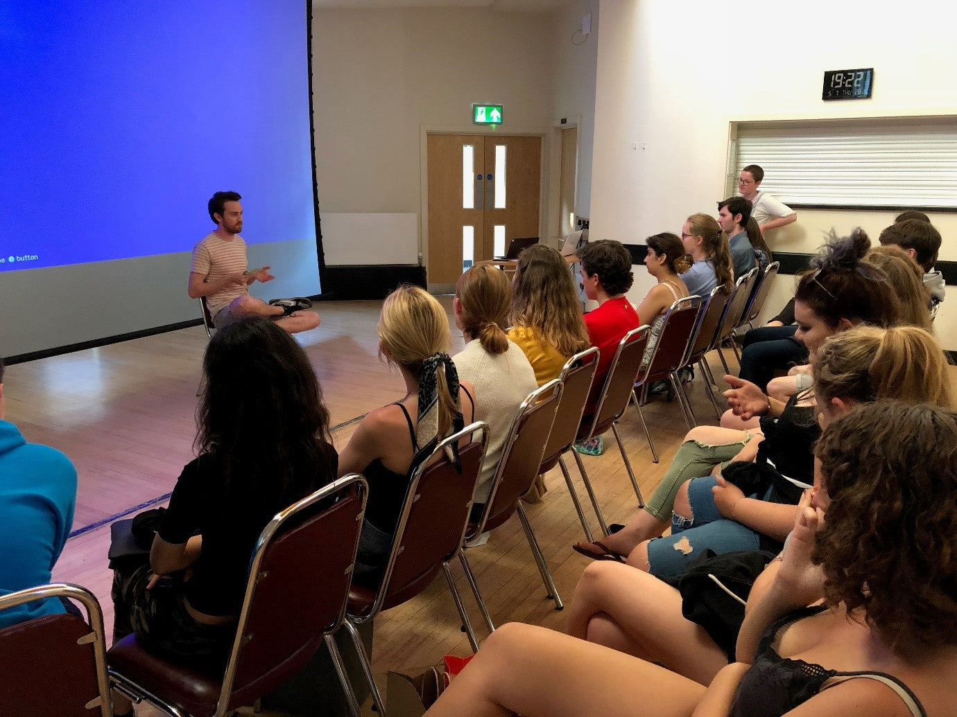 A lecturer talks to a group of students applying for Oxford or Cambridgex