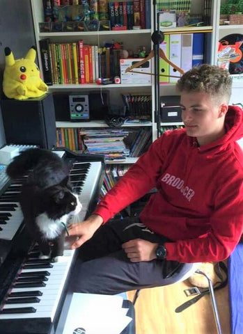 Maxence, an awesome Broducer making music with his cat.