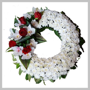 MED WHITE WREATH WITH FEATURE
