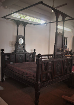 FOUR POSTER BED WITH FLORAL PATTERN