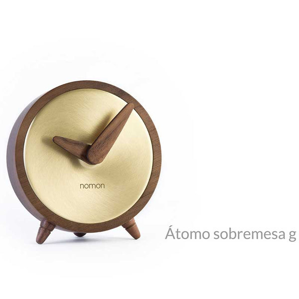 nomon atomo sobremesa g table clock - walnut wood and polished brass, wood arms | shop online ikonitaly