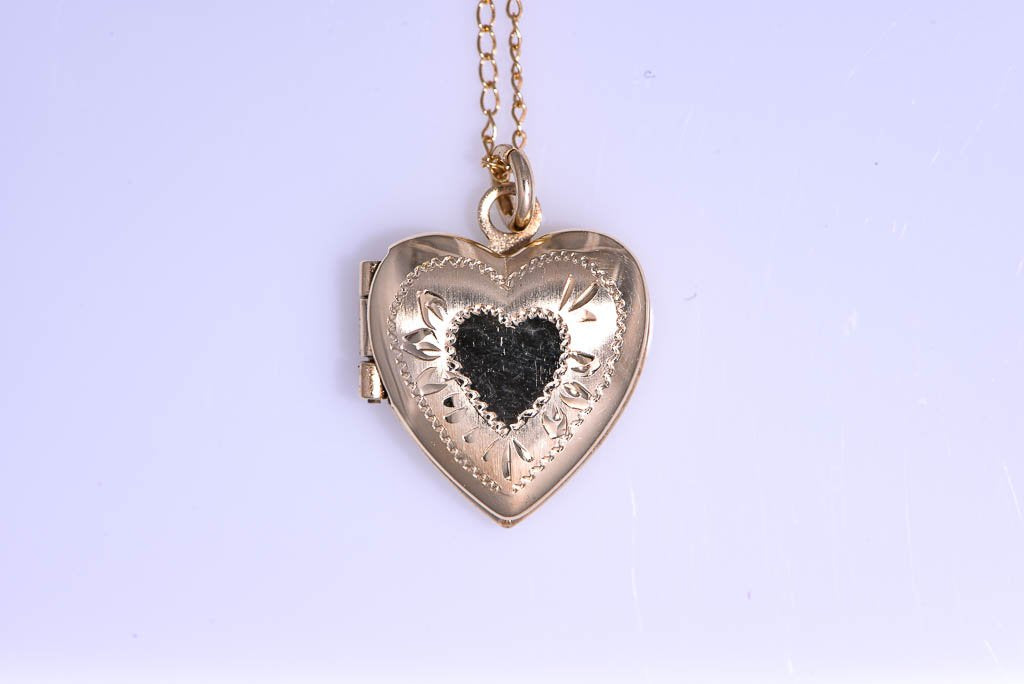 14Kt yellow gold Estate small heart locket on 16