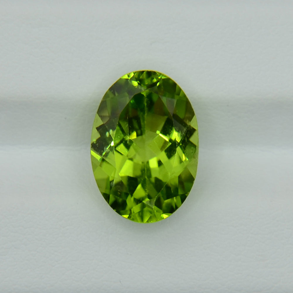 Natural peridot 6.31ct oval cut / Хризолит овал 14х10 мм, 6.31 карата