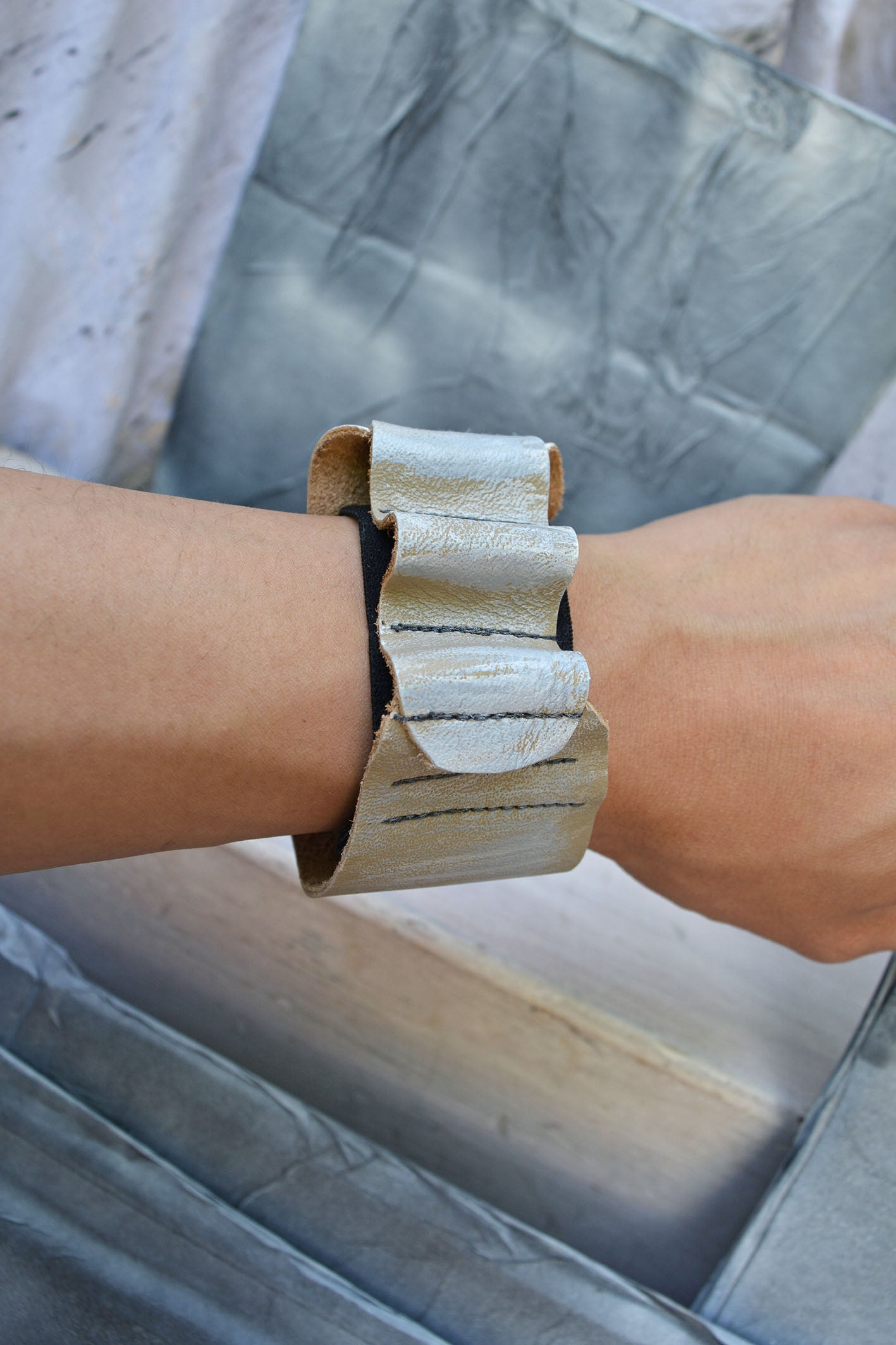 SQUIGGLE BAND CUFF - TAUPE ASH