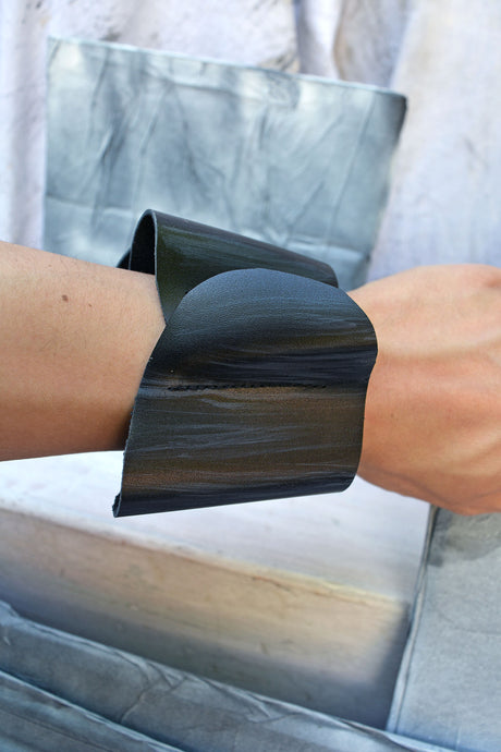 SQUIGGLE SCULPTURE CUFF - ONYX CHARCOAL