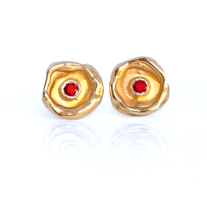 Gold studs set with rubis, brilliant cut