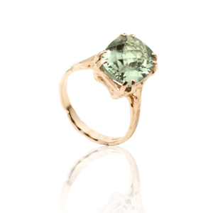 "Gold ring set with green amethyst ""damero"" cut"