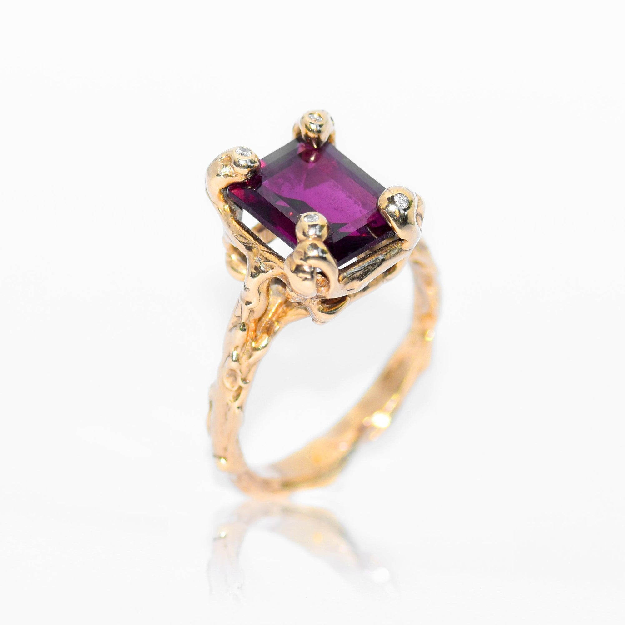 Gold ring set with Garnet and diamonds