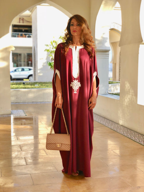 Kaftan with lace on the neck and sleeves
